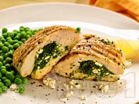 Пилешки джоб със спанак, сирене и чесън (пълнено пилешко филе) на грил тиган - снимка на рецептата